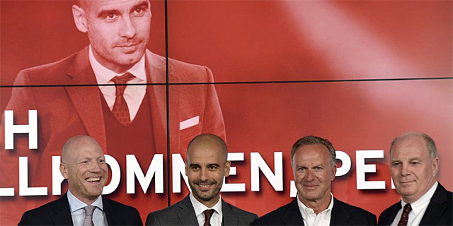 Guardiola, junto a los directivos del Bayern, durante su presentación. | Afp