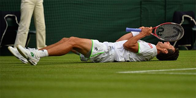 Sergei Stakhovsky celebra su victoria sobre Roger Federer en la central de Wimbledon. | Afp