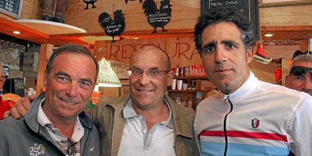 Hinault, a la izquierda, junto a los también ex ciclistas Laurent Fignon y Miguel Indurain.   Efe