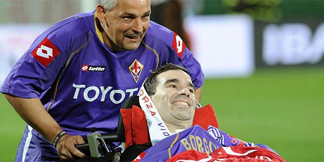 Borgonovo, acompañado por Roberto Baggio, en una imagen de octubre de 2008. (Foto: Afp)