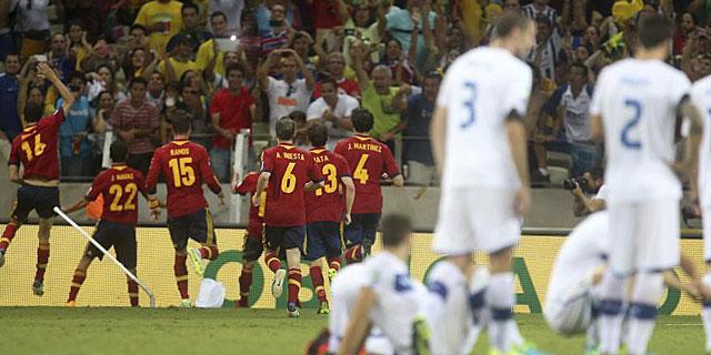 Los jugadores de España salen corriendo tras los pasos de Navas. (AFP)