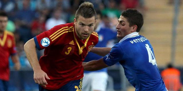 Illarra se zafa del marcaje de Verratti en la final del Europeo Sub'21. | AFP