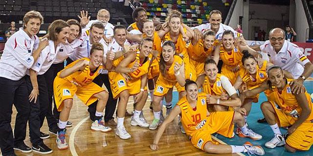 Las jugadoras de la selección española Sub'20 celebran su triunfo ante Italia.   Foto: FEB.es