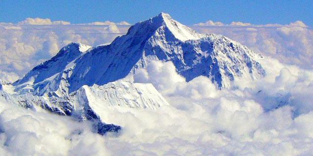 Vista aérea de la cumbre del Everest en la cordillera de Himalaya .  EL MUNDO