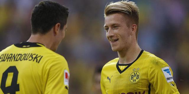 Reus y Lewandowski celebran uno de los goles de su equipo. | REUTERS