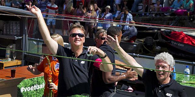 Van Gaal, durante el desfile del sábado en Amsterdam. (Foto: Reuters)
