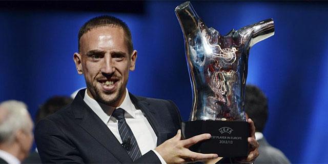 Frank Ribèry posa con el trofeo de mejor jugador UEFA. | Reuters