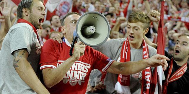 Ribéry, con un megáfono, en la grada de los hinchas del Bayern. (Foto: Efe)