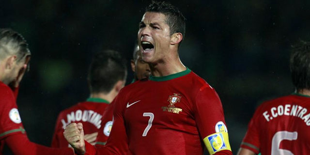 Cristiano Ronaldo celebra uno de los tres goles anotados con Portugal / CATHAL MCNAUGHTON