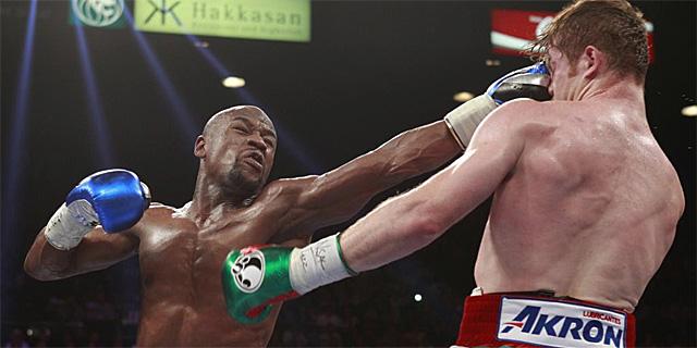 'Canelo' Álvarez (dcha.) lanza un derechazo a Mayweather durante el combate en Las Vegas. | Ap