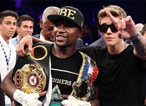 Mayweather con Justin Bieber, gran amigo suyo, en Las Vegas. | Afp