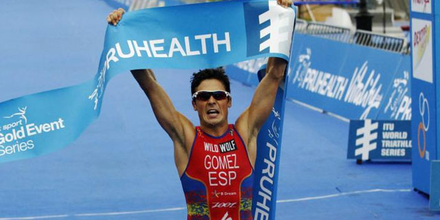 Javier Gómez Noya celebra su victoria. | REUTERS
