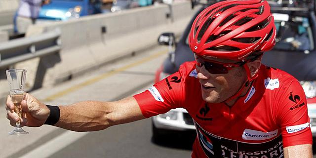Chris Horner brinda por su victoria en la Vuelta. | EFE