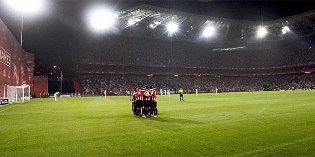 Los jugadores del Athletic festejan el gol de Iraola ante el Celta. (Foto: Efe)