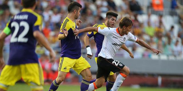 Canales es perseguido por varios jugadores del Swansea.  Efe