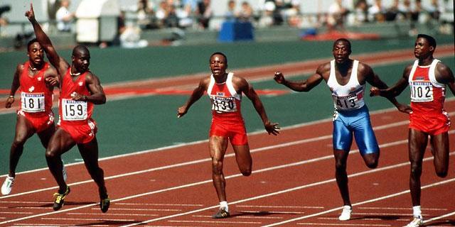 Ben Johnson levanta el brazo derecho al cruzar la meta en los 100 metros de los JJOO de Seul.