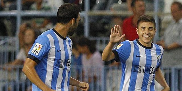 Portillo (dcha.) celebra con Jesús Gámez el segundo gol del Málaga. (EFE)