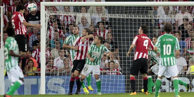 San José remata el que fue el segundo gol del Athletic. | Efe