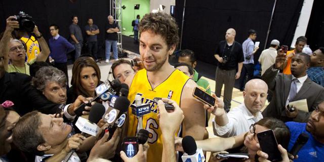 Pau Gasol atiende a los medios tras entrenar con los Lakers. | Efe