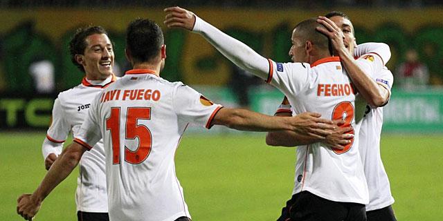 Los jugadores del Valencia celebran el tanto de Feghouli. | Efe
