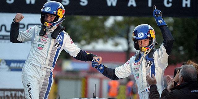Ogier (dcha.) y su copiloto Ingrassia celebran el título mundial. | Afp