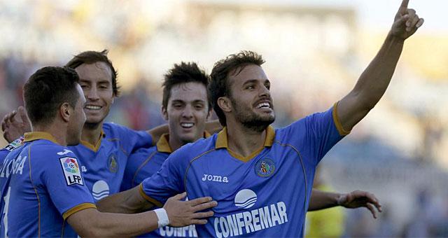 Pedro León festeja su segundo gol al Betis. (Foto: Efe)