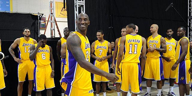 Kobe Bryant sonríe con el resto de compañeros en el día de la foto oficial |REUTERS