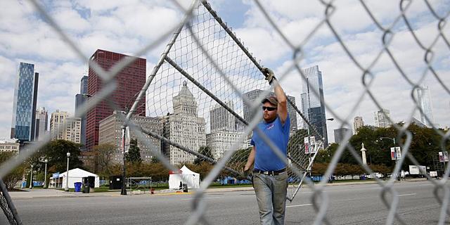 Una operario coloca las vallas de seguridad que protegerán todo el recorrido en Chicago. | Reuters