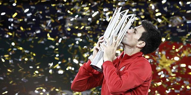 Novak Djokovic besa el trofeo del Masters 1.000 de Shanghai. | Reuters