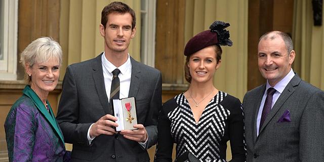 Andy Murray, junto a sus padres y su novia en Buckingham Palace. | Afp
