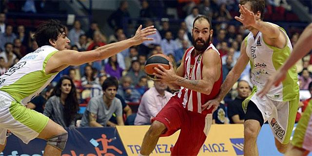 Spanoulis (c) entre Dragic (dcha.) y Carlos Suárez. | Afp