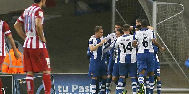 Costa, abatido, en plena celebración tras el gol en propia meta de Courtois. (Foto: Reuters)
