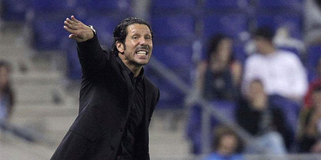 Simeone da instrucciones a sus jugadores en Cornellà.   Efe