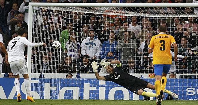 Cristiano ejecuta de penalti del segundo gol. (EFE)