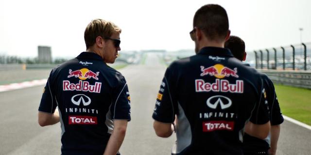 Vettel camina sobre el trazado indio junto a miembros de su equipo. | EFE