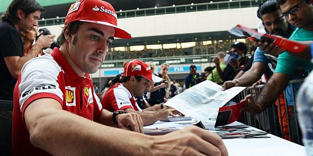 Fernando Alonso firma autógrafos en el circuito de Buddh. | Afp