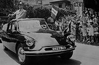 El general Charles de Gaulle, durante su presidencia, desfilando por las calles de París en un Citroën DS oficial.