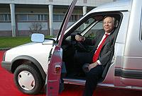 El presidente de la planta de Vigo, Javier Riera, no dejó pasar la oportunidad de posar con la última unidad del incombustible C15.