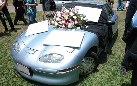 En una imagen del documental se representa el entierro del vehículo.