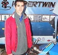 José Pérez junto a su 'proyecto de fin de carrera'.