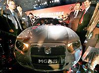 El MG TF que se producirá en Longbridge, en el acto de presentación de la vuelta de la producción de los MG. FOTO: AP.