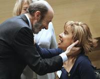 El ministro del Interior, Alfredo Pérez Rubalcaba, saluda a la presidenta de la Asociación para el Estudio de la lesión Medular Espinal (AESLEME), Mar Cogollos. Foto: Efe.