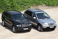 El BMW X5 y el sancionado Shuanghuan CEO. Foto: EFE