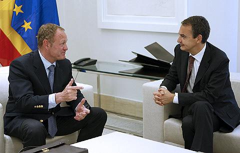 El presidente del Gobierno, José Luis Rodríguez Zapatero, conversa con el presidente de Renault-España, Jean Pierre Laurent, durante la reunión que mantuvieron en el Palacio de la Moncloa, para hablar sobre la crisis en el sector.