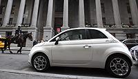 Un Fiat 500 junto a Wall Street