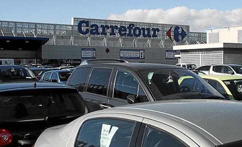 Los aparcamientos de los centros comerciales son los lugares preferidos para estos robos.