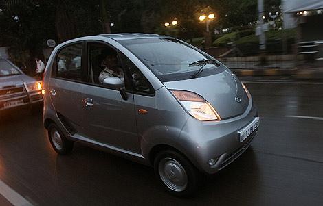 El primer Nano entregado a su dueño circula por las calles de Bombay. | Reuters