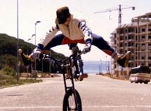 Clot de niño con su bici.
