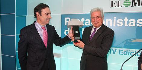 El director de EL MUNDO, Pedro J. Ramírez, entrega el premio al diseñador italiano Giorgio Giugiaro. (Reportaje gráfico: D. Sinova, A. Cuéllar, G. Arroyo)