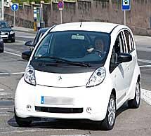 La Reina con el Peugeot eléctrico. (Foto: Efe)